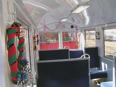 客車内のクリスマス向け展示