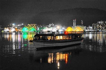 ライトアップされたびわ湖花噴水と高速船「ランシング」