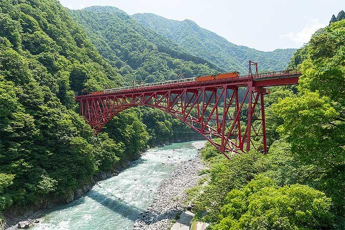 新山彦橋を渡る黒部峡谷鉄道の列車