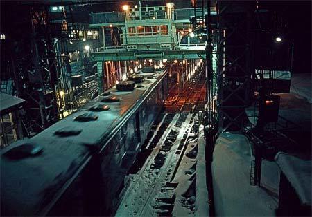 雪の中,青函連絡船に積み込まれる郵便車