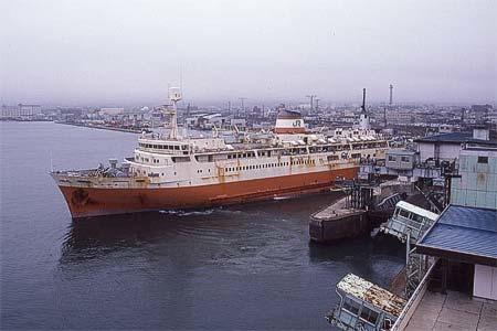 函館桟橋を出航する在りし日の青函連絡船十和田丸
