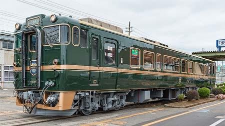 JR西日本キハ40 2027「ベル・モンターニュ・エ・メール」