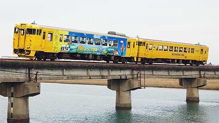 日南線に沿線観光地PR車両|鉄道...