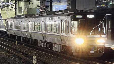 223系2000番台2両編成が夜の京都駅に姿を現わす