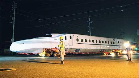 山陽・九州新幹線相互直通運転用車両が陸送される