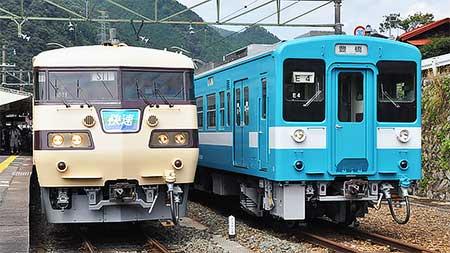 中部天竜駅で117系と119系を並べて展示