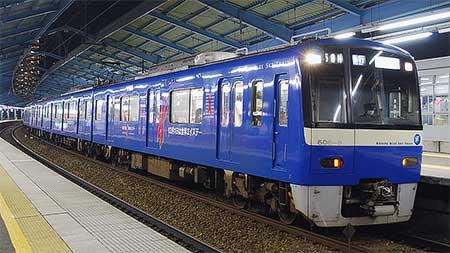 京急 600形「KEIKYU BLUE SKY TRAIN」にレッドリボンのラッピング