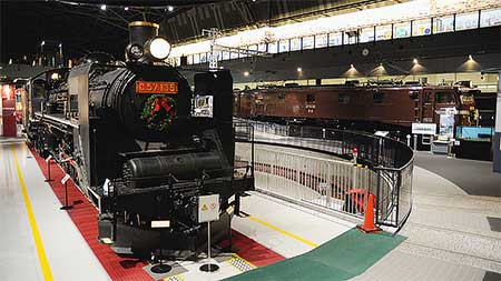鉄道博物館の展示車両にクリスマスリース