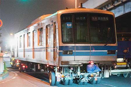 東京地下鉄05系が陸送される