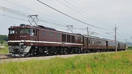 EF64 1001が旧形客車をけん引
