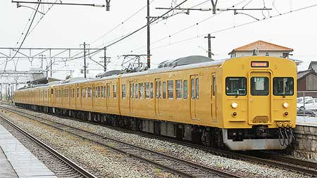 115系黄色編成の併結列車が走る