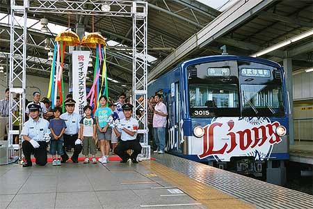 西武「ライオンズデザイン電車」の運転を開始