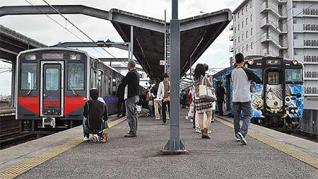 出雲市駅で「鬼太郎列車」の見学会