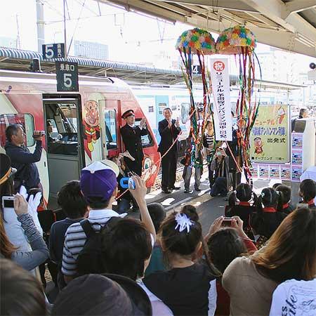 リニューアル予讃線アンパンマン列車の出発式が行なわれる