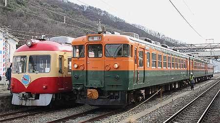 169系国鉄急行色と長電2000系D編成が屋代で並ぶ