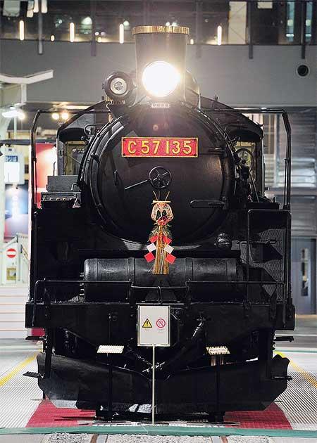 鉄道博物館展示車にお正月飾り