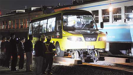 「DMV」が牟岐線,阿佐海岸鉄道で夜間走行試験