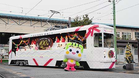 都電荒川線の「花電車」にクリスマス飾り