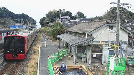 鹿家駅で待合室の新築工事が始まる