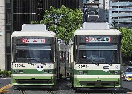 広島電鉄の電車に100周年記念ステッカー