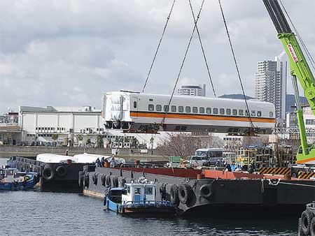 台湾新幹線増備車が船積みされる