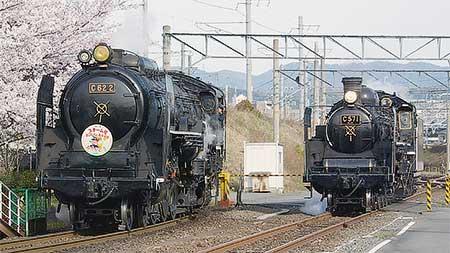 梅小路蒸気機関車館でC62 2とC57 1が並走
