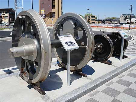 蓮田駅西口にD51 484・115系の車輪展示
