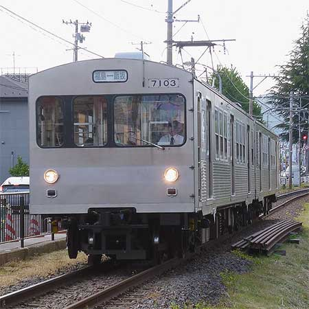 福島交通7000系の青帯が消される