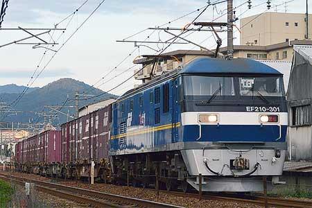 EF210-301が貨物列車の先頭に
