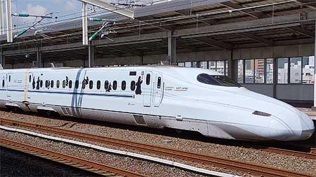 N700系に「くまモン」「くろちゃん」ラッピング