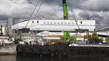 北陸新幹線E7系第1編成が船積みされる