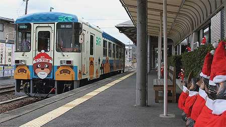 運休中の信楽高原鐵道でサンタ列車の展示