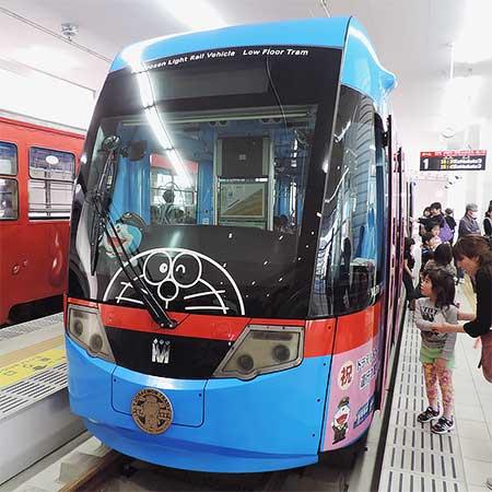 万葉線高岡駅電停で「ドラえもんトラム」展示