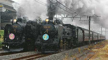 高崎駅で蒸気機関車の同時発車・並走運転を実施