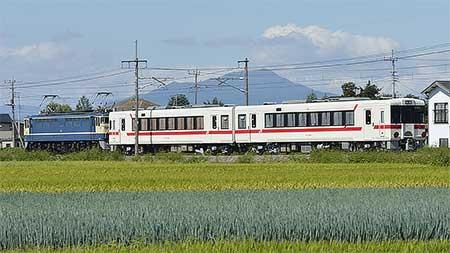 八高線80周年記念カラーのキハ111+キハ112が配給輸送される