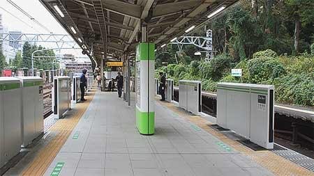 山手線原宿駅で可動式ホーム柵が設置される