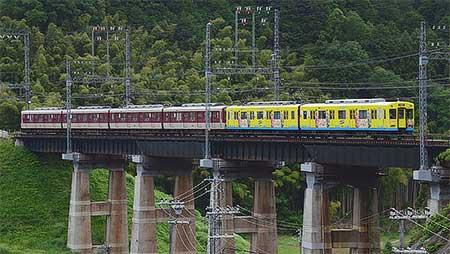 近鉄大阪線に「ケータイ大喜利」ラッピング車が入線