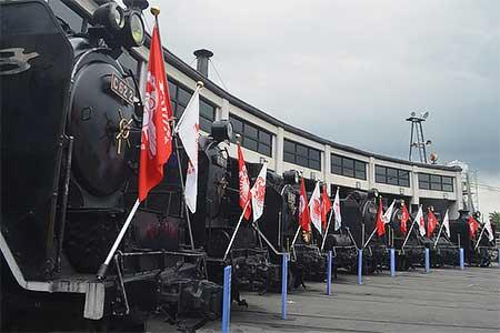 梅小路蒸気機関車館で閉館記念旗を掲出