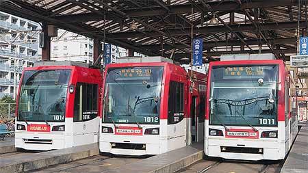 鹿児島市交通局1000形同広告車両3台が並ぶ