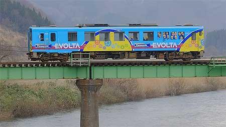 由利高原鉄道YR2002に「エボルタ乾電池電車」ラッピング