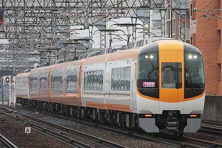 近鉄南大阪線の朝の特急列車で新旧塗色のサンドイッチ編成