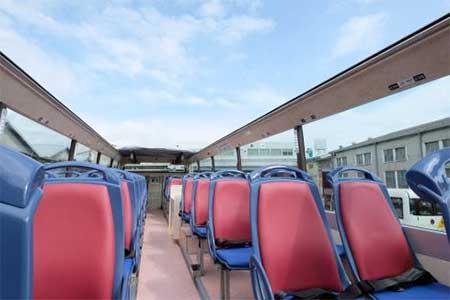 屋根がなく開放的な2階座席