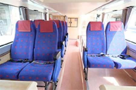 1階席は2100形のクロスシートが採用されている