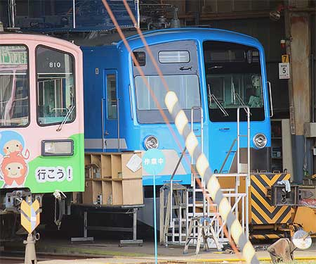 近江鉄道の,もと西武301系が100形塗装に