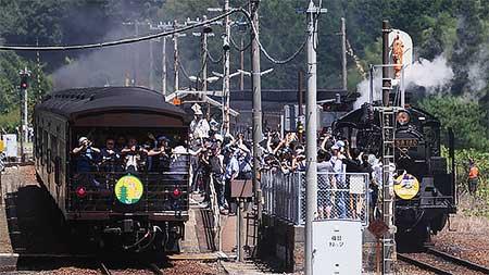 """SL""""やまぐち""""・SL""""ありがとうレトロ客車号""""が篠目駅で交換"""