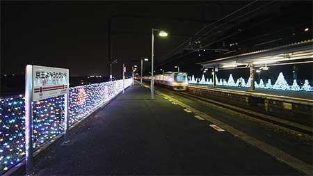 京王よみうりランド駅でイルミネーション装飾