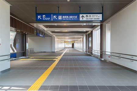 新河岸駅 東西自由通路(内観)