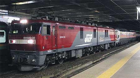 EH500-30がE26系をけん引して営業運転