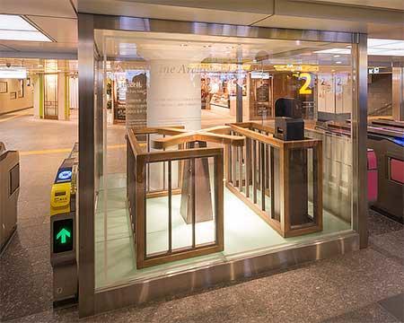 JR上野方面改札中央に設置されたターンスタイル改札のモニュメント