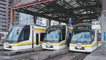鹿児島駅前でヘッドマーク掲出7000形3両が並ぶ